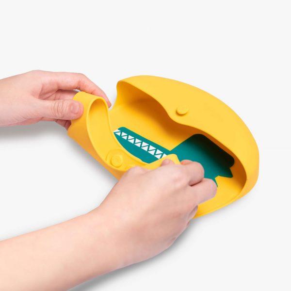 VIIDA-podbradak-za-bebe-s-naramenicom-iz-serije-Joy-žuti-slaganje